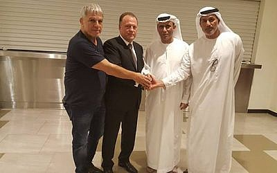 Israeli judo chief Moshe Ponte, left, with IJC head Marius Vizer, second left, and two Emirates sports officials meeting in Abu Dhabi on October 28, 2017, (IJF)