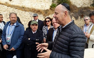 Minister Tzachi Hanegbi addresses the Jewish Agency Board of Governors at the 'Ezrat Yisrael' prayer platform at the Western Wall, October 30, 2017 (Raphael Ahren/Times of Israel)