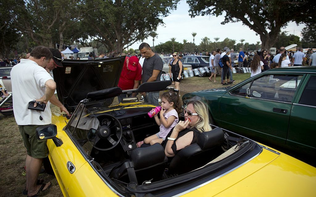 """People look at antique cars during the 31st annual """"Five Club"""" car collectors' meeting in Ramat Gan, Israel, Friday, Oct. 6, 2017. (AP Photo/Oded Balilty)"""