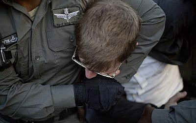 A police officer arrests an ultra-Orthodox Jew during a demonstration in Jerusalem against the conscription of members of the ultra-Orthodox community to the IDF on October 19, 2017. (AP Photo/Ariel Schalit)