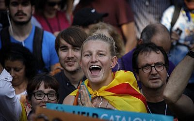 Pro-independence demonstrators cheer outside the Catalan parliament, in Barcelona, Spain, Friday, Oct. 27, 2017.(AP Photo/ Emilio Morenatti)