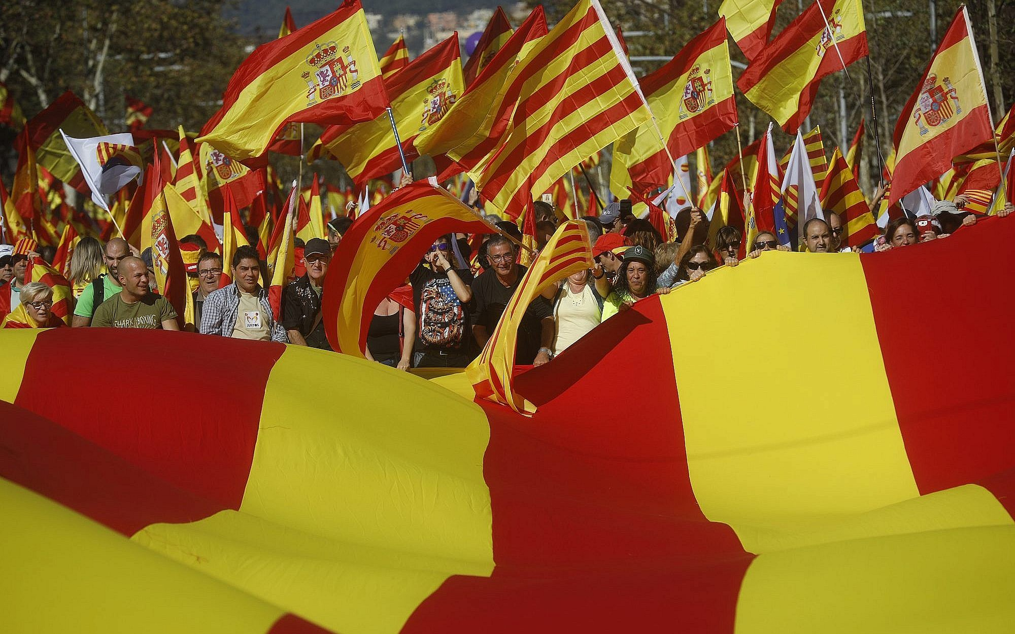 hundreds of thousands rally in barcelona for spanish unity the