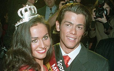 Adrian Ursache (R) and Michalina Koscielniak pose for photographers after the Miss and Mister Germany contest in Berlin, January  14, 1998. (AP Photo/ Jan Bauer)
