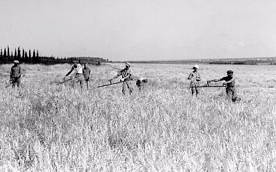 Kibbutz members harvesting grain at Ein Harod, 1938 (Kluger Zoltan/GPO)