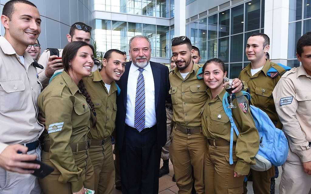 Defense Minister Avigdor Liberman, center, poses with IDF soldiers during an event at the Defense Ministry in Tel Aviv, October 10, 2017. (Defense Ministry)