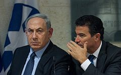 Prime Minister Benjamin Netanyahu (L) and then-national security adviser Yossi Cohen at a press conference at the Foreign Ministry in Jerusalem, October 15, 2015. (Miriam Alster/Flash90)