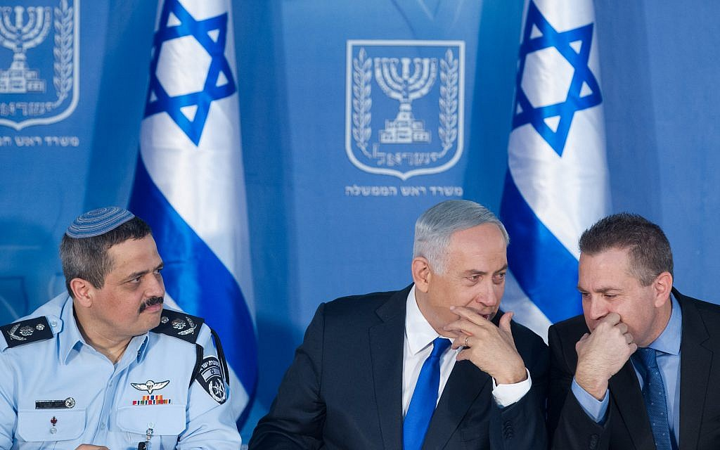 Police Chief Roni Alsheich (L), Prime Minister Benjamin Netanyahu (C) and Public Security Minister Gilad Erdan at a welcoming ceremony held in Alsheich's honor at the Prime Minister's Office in Jerusalem, December 3, 2015. (Miriam Alster/Flash90)