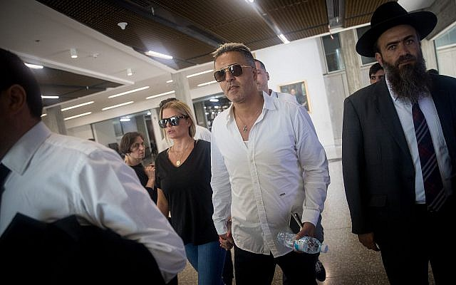 Israeli pop singer Kobi Peretz (C) and his wife arrive for a hearing at the Tel Aviv District Court on June 28, 2017. (Yonatan Sindel/Flash90)