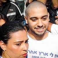 Ex-IDF soldier Elor Azaria is flanked by family and supporters as he arrives to begin his sentence at the military prison in Tzrifin, on August 9, 2017. (Flash90)