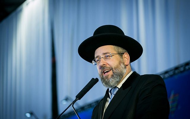 Chief Rabbi of Israel David Lau speaks at a ceremony for New immigrants from North America arrive on a special 'Aliyah Flight 2017' on behalf of Nefesh B'Nefesh organization, at Ben Gurion airport in central Israel on August 15, 2017. (Miriam Alster/Flash90)