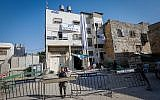 An Israeli border police officer guards outside the 'Machpela House' in the West Bank city Hebron on August 28, 2017. (Wisam Hashlamoun/Flash90)