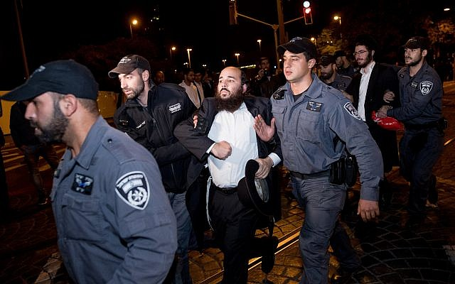 Ultra-Orthodox men clash with police during an anti-draft protest in Jerusalem on October 16, 2017. (Yonatan Sindel/Flash90)