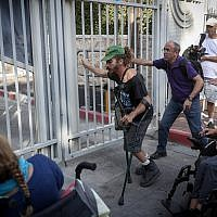 Disabled protesters demonstrate outside the Prime Minister's Residence in Jerusalem as part of protests calling for an increase in monthly disability benefits, on October 17, 2017. (Yonatan Sindel/Flash90)