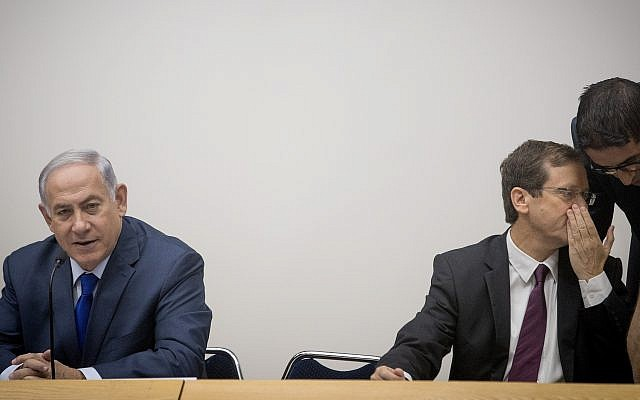 Opposition leader Isaac Herzog (right) sits next to Prime Minister Benjamin Netanyahu at an Aliyah Day event in the Knesset on October 24, 2017 (Yonatan Sindel/Flash90)