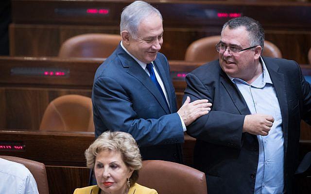 Prime Minister Benjamin Netanyahu with MK David Bitan in the Knesset plenum on October 24, 2017 (Yonatan Sindel/Flash90)
