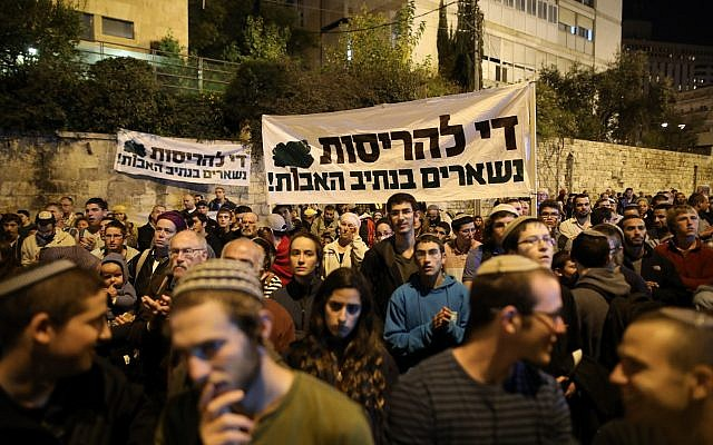 Hundreds of Israelis attend a protest outside the Prime Minister's Residence demanding that funds be transferred for the paving of bypass roads in the West Bank on October 29, 2017. (Noam Revkin Fenton/Flash90)