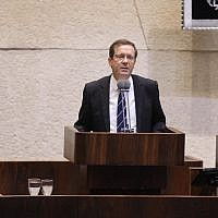 Opposition leader Isaac Herzog addresses the Knesset on October 23, 2017. (Yitzhak Harari/Knesset spokesperson's office)