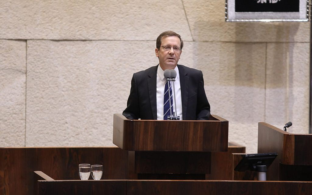 Opposition leader Isaac Herzog speaks at the Knesset during the opening of the parliament's winter session on October 23, 2017. (Knesset)