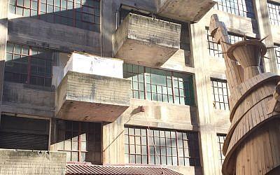 Illustrative: A sukkah on a Brooklyn balcony. (CC BY-SA Richardrubin1, Wikimedia Commons)