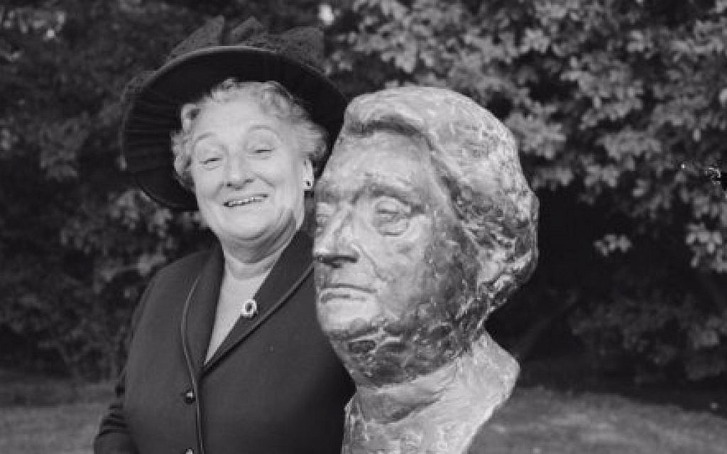 Truus Wijsmuller with bust of her likeness in Amsterdam, 1965. (GaHetNA via Wikicommons)