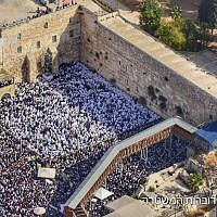 Worshipers at the annual priestly blessing during the Sukkot holiday at the Western Wall in the Old City of Jerusalem on October 8, 2017. (Israel Police)
