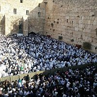 Worshipers at the annual priestly blessing  at the Western Wall in the Old City of Jerusalem during the Sukkot holiday, October 8, 2017. (Israel Police)