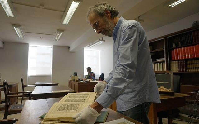 António Eugénio Maia do Amaral presenting the 15th-century Abravanel Hebrew Bible at Portugal's Coimbra University in 2016. (Cnaan Liphshiz)