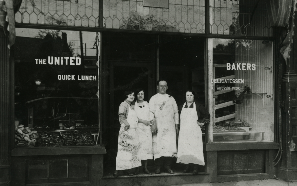 1915 photo on the front steps of United Bakers in Toronto. (Ontario Jewish Archives)