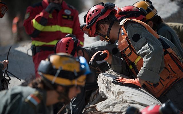 IDF Home Front Command soldiers, working alongside search and rescue personnel from Jordan, Spain and the Palestinian Authority, take part in an international natural disaster preparedness exercise in southern Israel on October 25, 2017. (Israel Defense Forces)