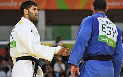 Israel's Ori Sasson (white) competes with Egypt's Islam Elshehaby during their men's +100kg judo contest match of the Rio 2016 Olympic Games in Rio de Janeiro on August 12, 2016. (TOSHIFUMI KITAMURA/AFP/Getty Images)
