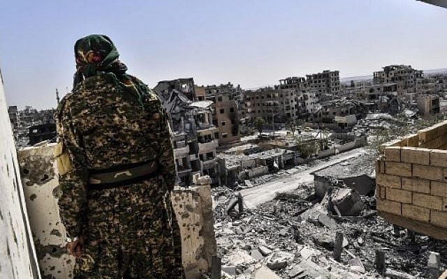 A member of the Syrian Democratic Forces (SDF), backed by US special forces, monitors the area on the western frontline in Raqqa on October 8, 2017. (AFP PHOTO / BULENT KILIC)