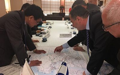 Transportation Minister Yisrael Katz, center right, points to a map during a meeting with Japanese Foreign Minister Tara Kono, left, during an official visit to Japan, October 24, 2017. (Courtesy)