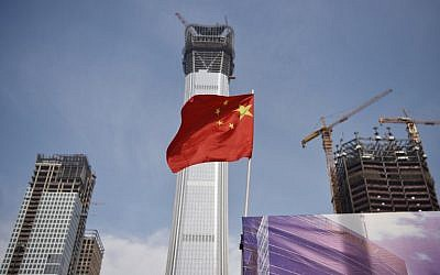 A Chinese flag flies at a construction site in Beijing's central business district on October 31, 2017. (AFP Photo/Greg Baker)