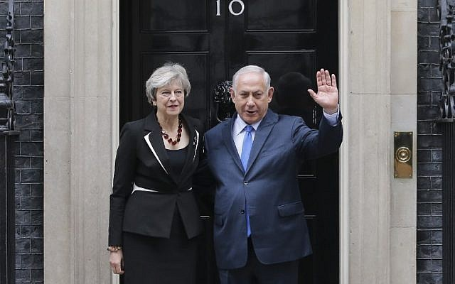 Prime Minister Benjamin Netanyahu poses with British Prime Minister Theresa May outside 10 Downing street in London on November 2, 2017. (AFP Photo/Daniel Leal-Olivas)