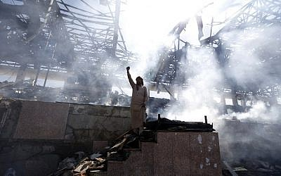 A Yemeni man gestures at the site of an air strike in the capital Sanaa, on November 5, 2017. (AFP/MOHAMMED HUWAIS)