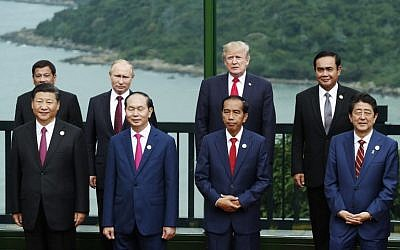 (Front L to R) China's President Xi Jinping, Vietnam's President Tran Dai Quang, Indonesia's President Joko Widodo, Japan's Prime Minister Shinzo Abe, (back L to R) Philippine President Rodrigo Duterte, Russia's President Vladimir Putin, US President Donald Trump and Thailand's Prime Minister Prayut Chan-O-Cha at the Asia-Pacific Economic Cooperation (APEC) leaders' summit in the central Vietnamese city of Danang on November 11, 2017 (AFP/POOL/JORGE SILVA)