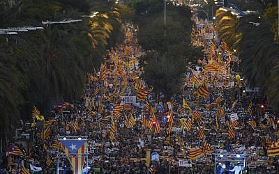 People hold Catalan pro-independence Estelada flags during a demonstration in Barcelona on November 11, 2017 calling for the release of jailed separatist leaders. (AFP PHOTO / Josep LAGO)