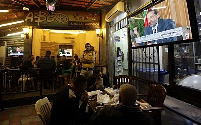 Lebanese watch an interview with Lebanon's resigned prime minister Saad Hariri at a coffee shop in Beirut on November 12, 2017.(AFP PHOTO / ANWAR AMRO)