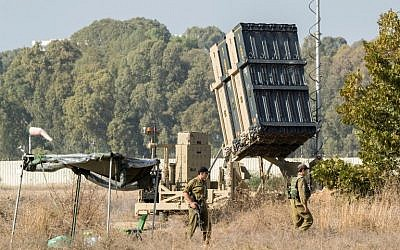 Israeli soldiers stand guard next to an Iron Dome defense system in central Israel on November 14, 2017.  (AFP / JACK GUEZ)