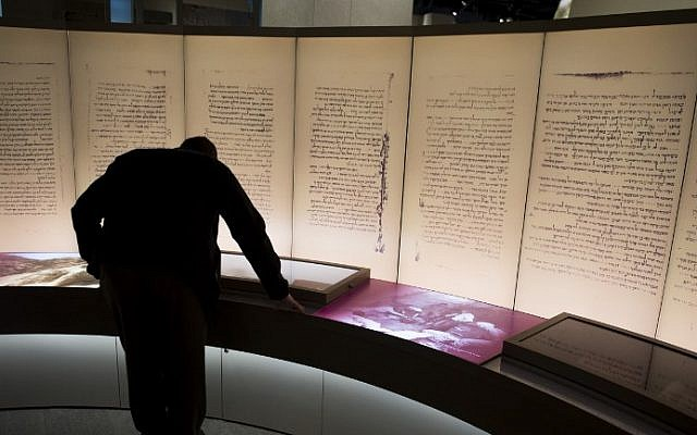Visitors look at an exhibit about the Dead Sea scrolls during a media preview of the new Museum of the Bible, a museum dedicated to the history, narrative and impact of the Bible, in Washington, DC, November 14, 2017. / AFP PHOTO / SAUL LOEB