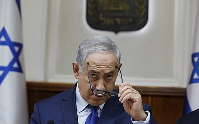 Prime Minister Benjamin Netanyahu attends the weekly cabinet meeting in Jerusalem on November 19, 2017. (AFP PHOTO / POOL / RONEN ZVULUN)