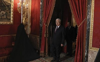 Palestinian president Mahmoud Abbas arrives before a state lunch with Spain's King Felipe and Queen Letizia (unseen) at the Royal Palace in Madrid, on November 20, 2017.  (AFP PHOTO / POOL / JUAN MEDINA)