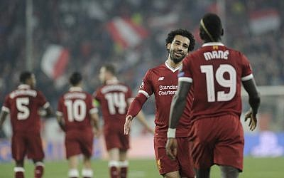 Liverpool's Egyptian midfielder Mohamed Salah (L) congratulates Senegalese midfielder Sadio Mane (R) after Mane scored a goal on November 21, 2017 at the Ramon Sanchez Pizjuan stadium in Sevilla during the UEFA Champions League group E football match between Sevilla FC and Liverpool FC. (AFP PHOTO / CRISTINA QUICLER)