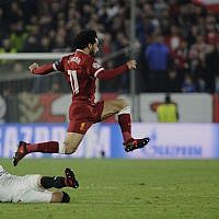 Liverpool's Egyptian midfielder Mohamed Salah (up) jumps for the ball on November 21, 2017 at the Ramon Sanchez Pizjuan stadium in Sevilla during the UEFA Champions League soccer match between Sevilla FC and Liverpool FC. (AFP PHOTO / CRISTINA QUICLER)