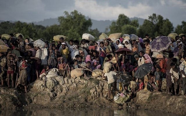 Rohingya refugees wait after crossing the Naf river from Myanmar into Bangladesh in Whaikhyang, October 9, 2017. (AFP PHOTO / FRED DUFOUR)