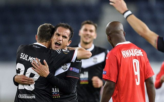Lugano's Italian midfielder Cristian Ledesma (2L) celebrates victory with teammates at the end of the UEFA Europa League Group G football match between FC Lugano and Hapoel Beersheba at Luzern Arena in Lucerne on November 23, 2017. (AFP PHOTO / Fabrice COFFRINI)