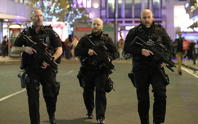 Armed police patrol near Oxford street as they respond to an incident in central London on November 24, 2017. (AFP PHOTO / Daniel LEAL-OLIVAS