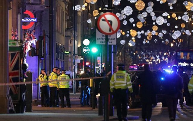 Police set up a cordon outside Oxford Circus underground station as they respond to an incident in central London on November 24, 2017. (AFP PHOTO / Daniel LEAL-OLIVAS