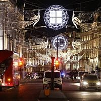 Traffic is halted on Oxford street following an incident in central London on November 24, 2017. (AFP/Daniel LEAL-OLIVAS)