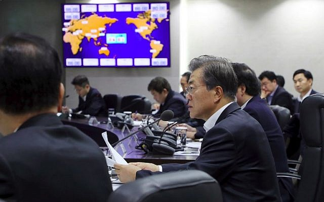 South Korea's President Moon Jae-In (R) presides over an emergency meeting with National Security Council members at the presidential Blue House in Seoul on November 29, 2017 following a new North Korean missile test. (AFP / YONHAP)